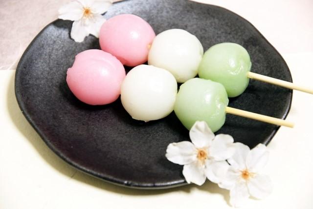 皿に乗った団子と桜