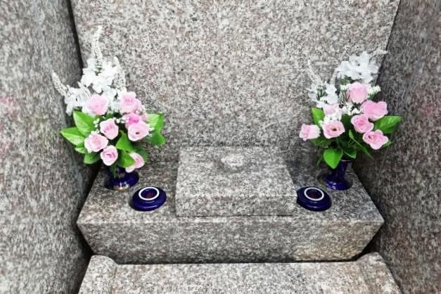 花が供えられたお墓